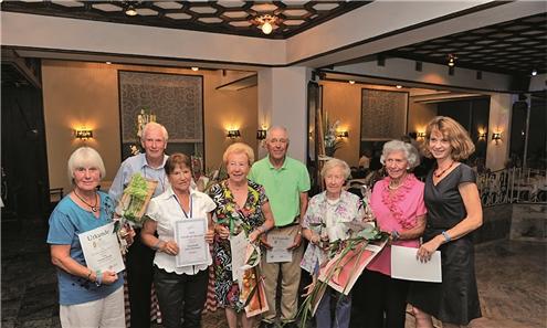 Annette Bartsch (rechts) ehrt verdiente Senioren.